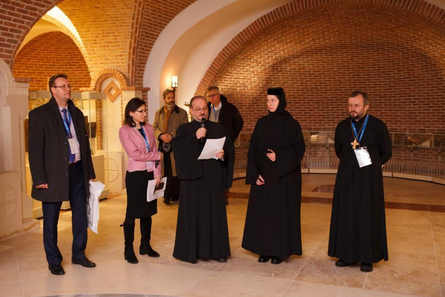 Participanţii IOTA la vernisajul unei expoziţii de icoane la Muzeul Mitropolitan/ Fotografii: Radu Afloarei